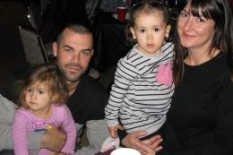 Éric Préville tenant dans ses bras sa fille Noéva